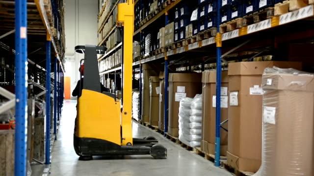 worker drives forklift in warehouse - construction workwear floor bildbanksvideor och videomaterial från bakom kulisserna