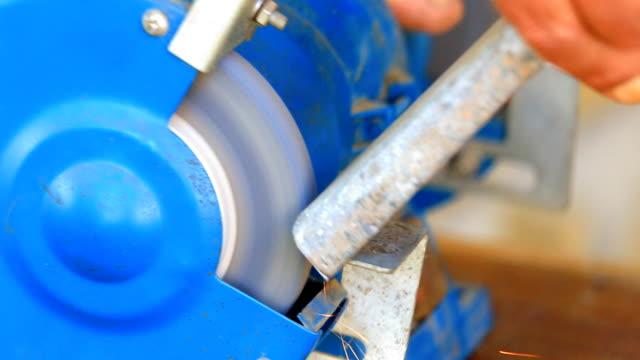 arbetaren slipning metall komponent på bänkslipmaskin - mala bildbanksvideor och videomaterial från bakom kulisserna