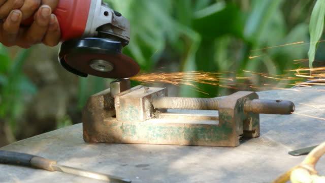vídeos y material grabado en eventos de stock de trabajador de la construcción del metal de pulido - descarga eléctrica