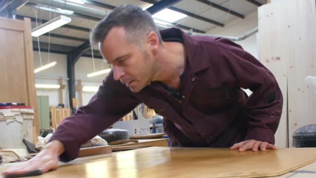 大工仕事職業のワークショップ研磨枚板 - 大工点の映像素材/bロール