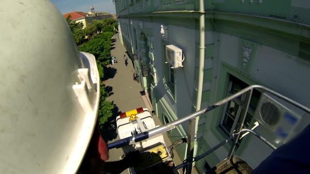 worker in mobile crane - skylift bildbanksvideor och videomaterial från bakom kulisserna