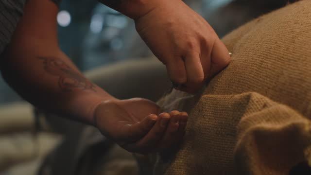 arbeiter, der probenahmesonde in jutesack einfügt - rohe kaffeebohne stock-videos und b-roll-filmmaterial