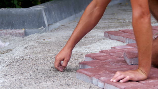 arbeiter verlegen steinplatten platte - terrasse von menschen geschaffener raum stock-videos und b-roll-filmmaterial