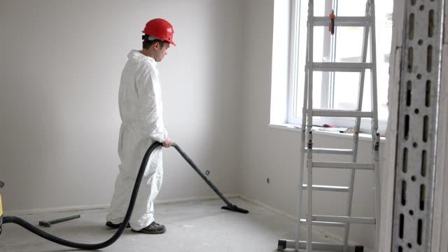 arbetare man hoovering byggnadsarbeten kvar och damm med dammsugare - construction workwear floor bildbanksvideor och videomaterial från bakom kulisserna