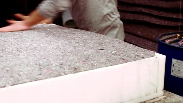 vídeos y material grabado en eventos de stock de colchón de fabricación trabajador en fábrica - colchón