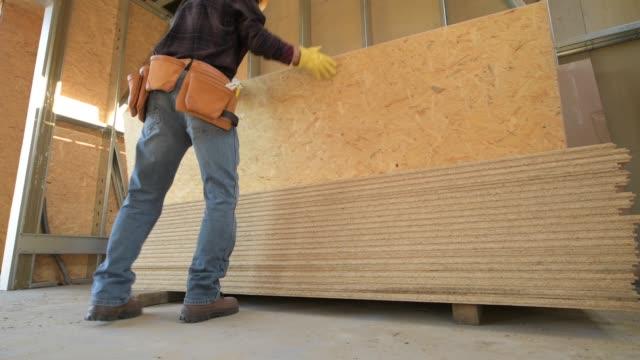 ワーカー合板ボードを移動します。建設現場。 - 板点の映像素材/bロール