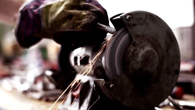 arbeitnehmer mit einer schleifmaschine - grind stock-videos und b-roll-filmmaterial