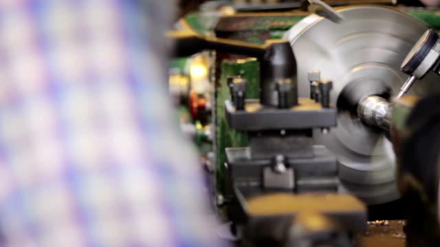 인부 한 발행기 공장에서, 돌리 슛 - 척 드릴 부속품 스톡 비디오 및 b-롤 화면