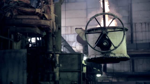 vídeos de stock, filmes e b-roll de trabalhador da fábrica de aço fundido opera com metal - aço