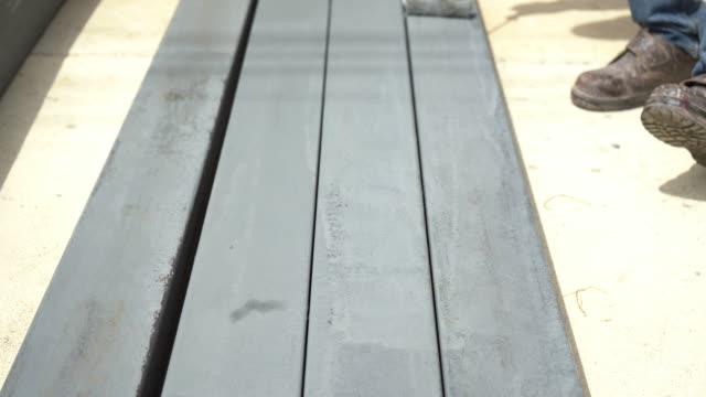 stockvideo's en b-roll-footage met kleur van werknemer verf oppervlak op het metaal - lood