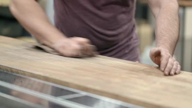 worker polerar en träyta av en bardisk. - mala bildbanksvideor och videomaterial från bakom kulisserna