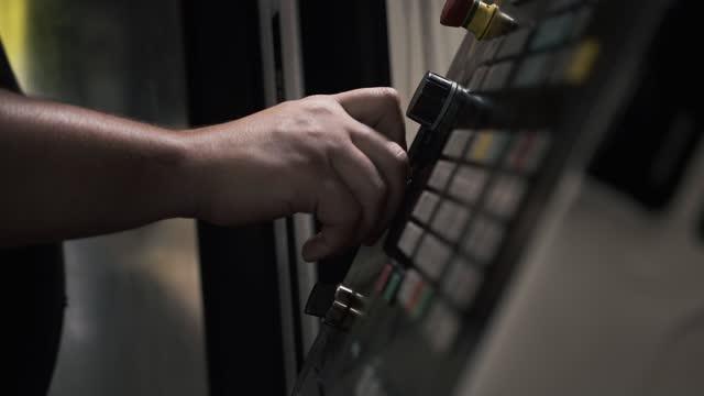 knappar för arbetsprocessyrer på cnc-maskinkontrolltavla i fabrik - maskindel bildbanksvideor och videomaterial från bakom kulisserna