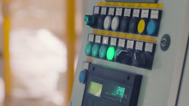 vídeos y material grabado en eventos de stock de pulsador del trabajador en la máquina - descarga eléctrica