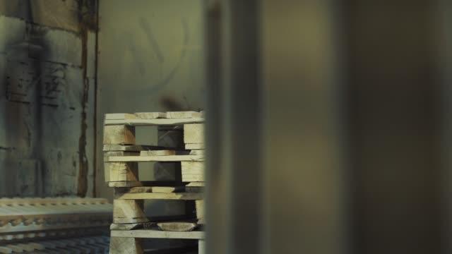 vídeos y material grabado en eventos de stock de trabajador pone palett de madera en pila, otros srarts hombre pintando - letra s