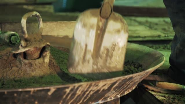 ワーカー広がるセメント シャベルで振動マシン金属釜 - セメント点の映像素材/bロール