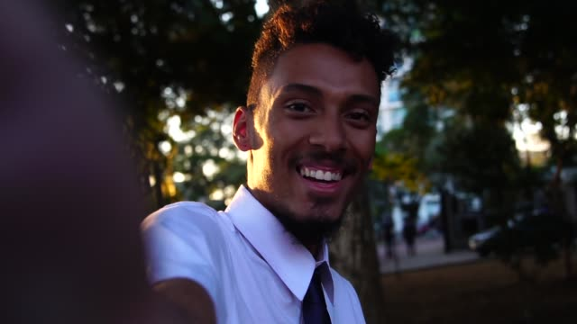 worker taking a selfie after work - solo un uomo giovane video stock e b–roll