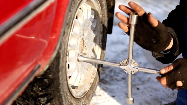 работник раскручиванием колесо - затягивание стоковые видео и кадры b-roll