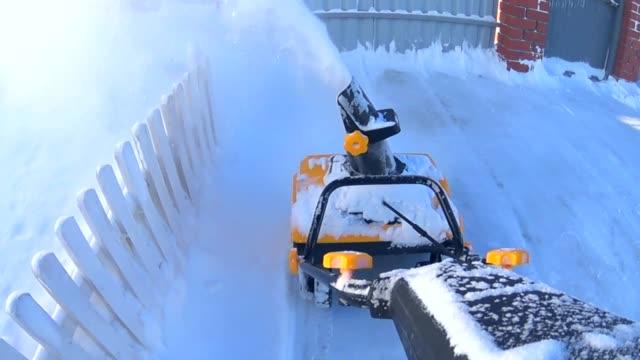 arbeiter mit einer schneeblasmaschine in einem hinterhof am wintertag - entfernt stock-videos und b-roll-filmmaterial