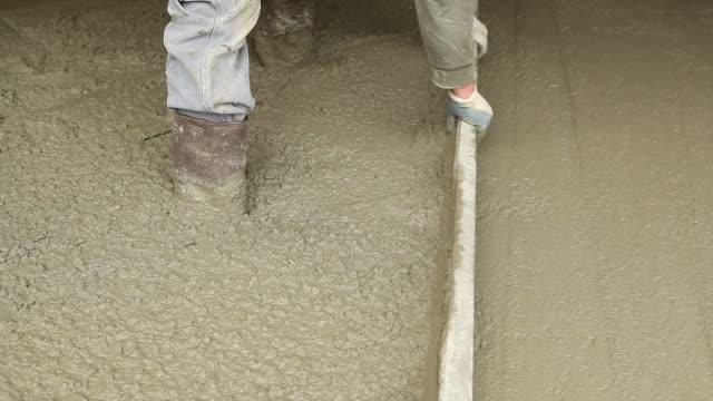 Arbeiter mit Hand Screed und Kelle-Handwerk und Garten, weichen Beton – Video
