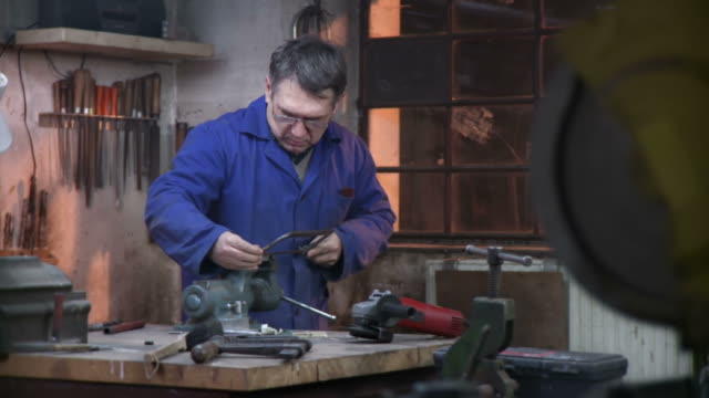 hd dolly: worker using iron saw - döner lamalı testere stok videoları ve detay görüntü çekimi