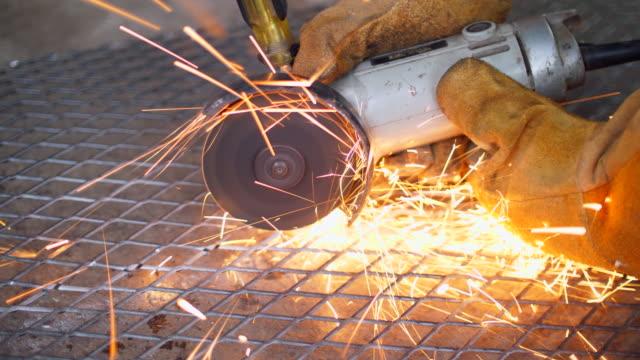 arbeiter mit maschine schneiden netzmetall mit sparking - kreissäge stock-videos und b-roll-filmmaterial