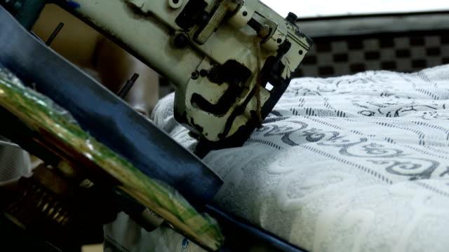 vídeos y material grabado en eventos de stock de trabajador con colchón de látex de máquina de coser - colchón