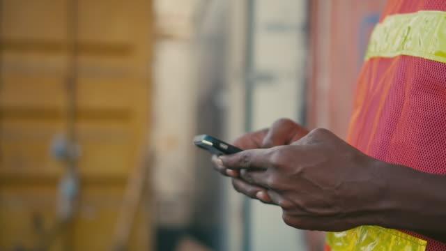 arbetare som använder smartphone i leveransport,slow motion - wine box bildbanksvideor och videomaterial från bakom kulisserna