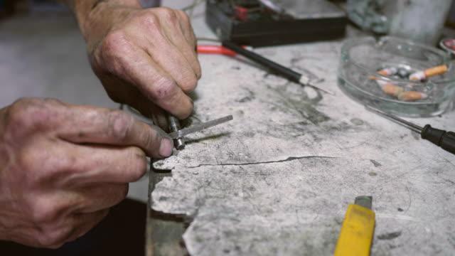 arbeiter mit schraubenschlüssel zum schrauben schrauben - steckschlüssel stock-videos und b-roll-filmmaterial