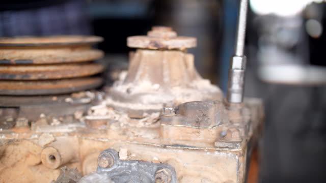 arbeiter mit schraubenschlüssel, schrauben, bolzen - steckschlüssel stock-videos und b-roll-filmmaterial