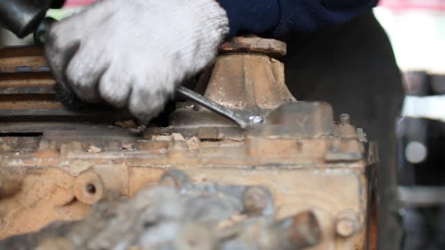 vídeos y material grabado en eventos de stock de trabajador con llave para atornillar los pernos - llave tubular