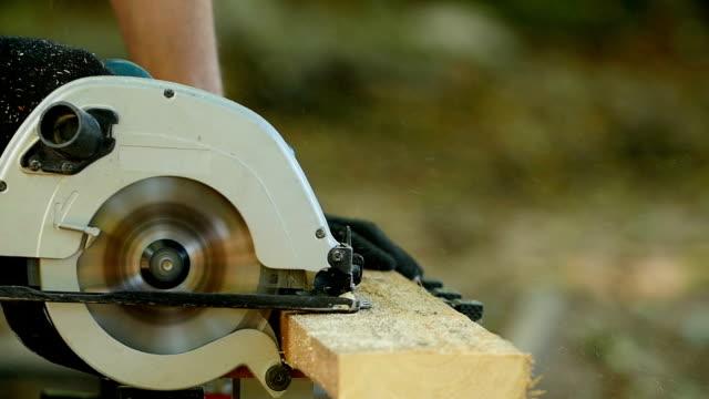 arbeiter mit kreissäge - sägemehl stock-videos und b-roll-filmmaterial