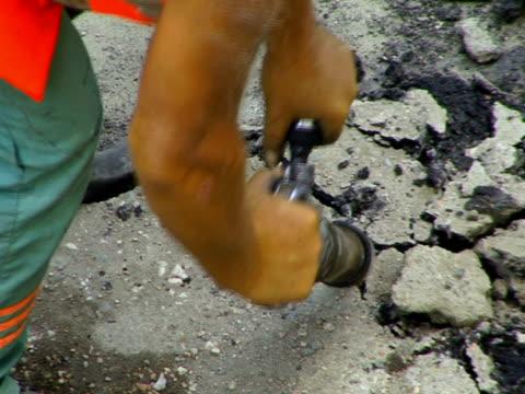 vídeos de stock e filmes b-roll de trabalhador com um furador pneumático - músculo humano
