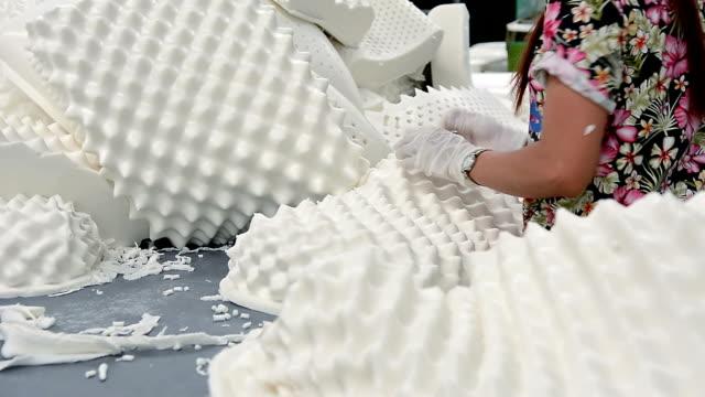 vídeos y material grabado en eventos de stock de trabajador que trabaja en la línea de producción de la fábrica de almohadas de látex - colchón