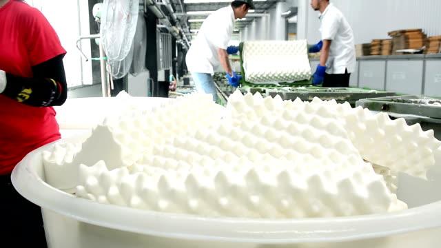 lavoratore che lavora con nastro trasportatore della fabbrica di cuscini in lattice - gommapiuma video stock e b–roll