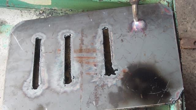 vídeos y material grabado en eventos de stock de los trabajadores son para cortar hierro con fuego. - descarga eléctrica
