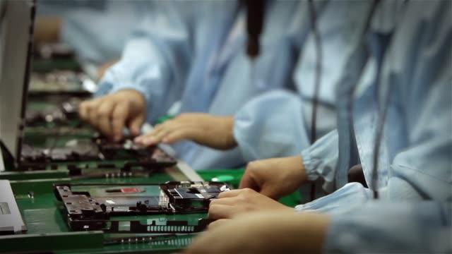 Travailleurs, assemblage d'ordinateurs. Timelapse. - Vidéo
