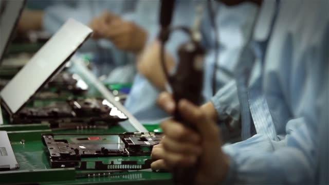 工作人員組裝電腦。 - 電子工業 個影片檔及 b 捲影像