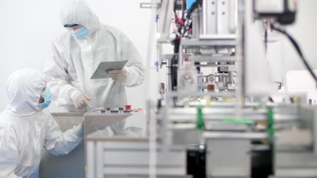 lavoratori della fabbrica di attrezzature mediche - ispettore della qualità video stock e b–roll