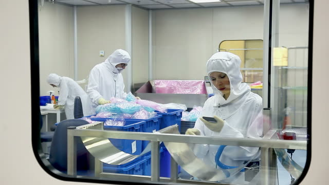 vidéos et rushes de travailleurs dans l'usine de équipement médical - inspecteur