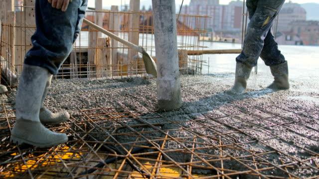 上部コンクリートを注ぐ建物の労働者 - セメント点の映像素材/bロール