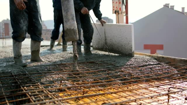 arbetstagare högst upp i byggnaden hälla betong - construction workwear floor bildbanksvideor och videomaterial från bakom kulisserna
