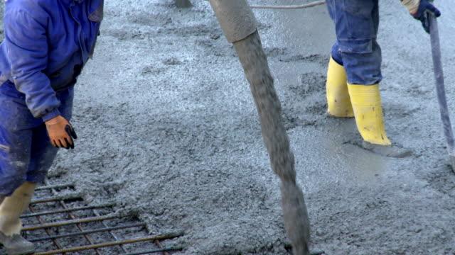 Arbeitnehmer Regeln Beton auf die Baustelle – Video