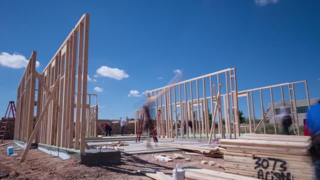 arbetare inramning ett nytt hem konstruktion time-lapse - bygga bildbanksvideor och videomaterial från bakom kulisserna