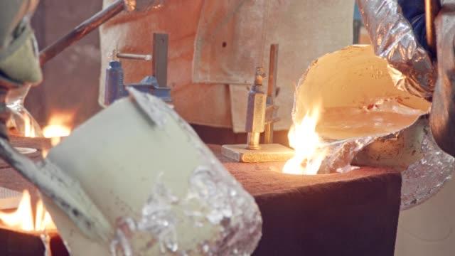stockvideo's en b-roll-footage met werknemers in een gieterij gieten vloeibaar aluminium met een zand gegoten - lood