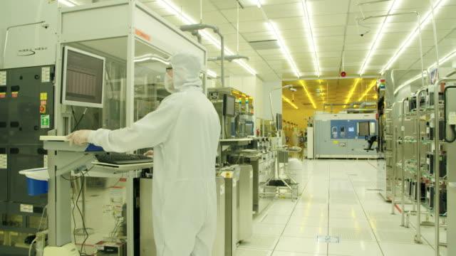 半導体製造工場のクリーン スーツの労働者 - 半導体点の映像素材/bロール