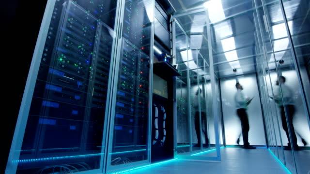 det arbetare i glödande datacenter - server room bildbanksvideor och videomaterial från bakom kulisserna