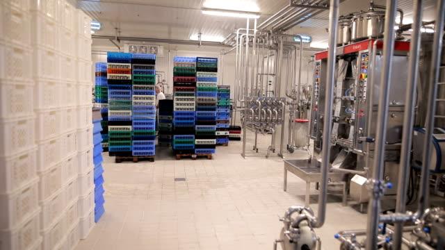 vídeos de stock e filmes b-roll de workers in the food factory - engradado