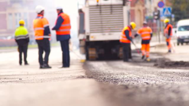 stockvideo's en b-roll-footage met werknemers repareren road - stadsweg