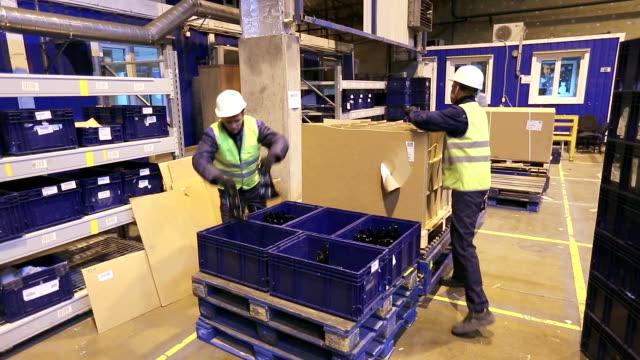 vídeos de stock e filmes b-roll de workers unloading boxes with details - engradado