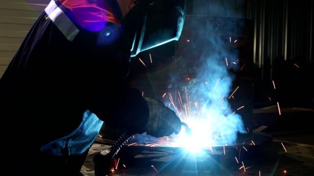 workflow in der werkstatt mit feuer und rauch - pflicht stock-videos und b-roll-filmmaterial
